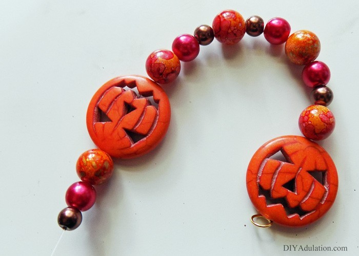 Start planning your October style now by making this pretty spooky DIY jack-o-lantern bracelet; an easy seasonal piece to rock with an everyday fall outfit!