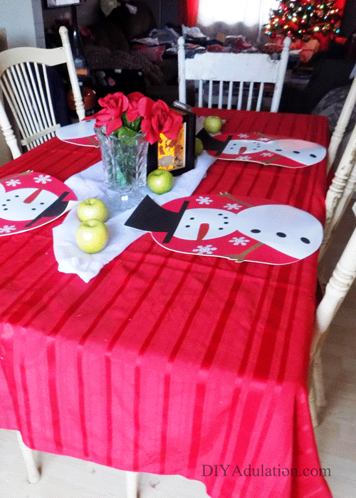 Those intricately decorated holiday tables aren't conducive to moms with tiny munchkins. Find out how to created an easy family-friendly holiday table!