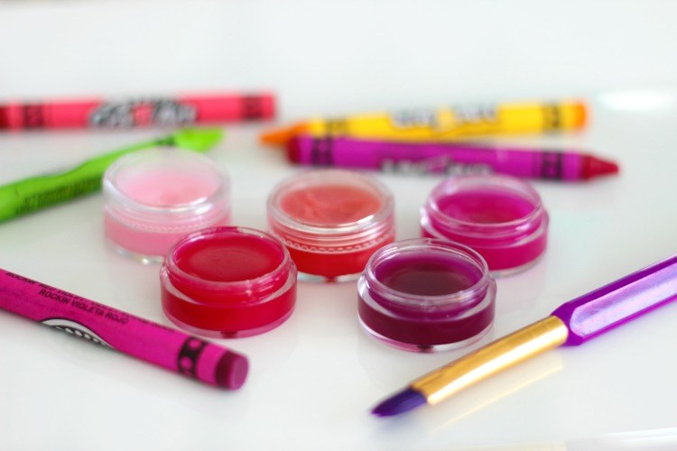Crayon lip gloss in small containers