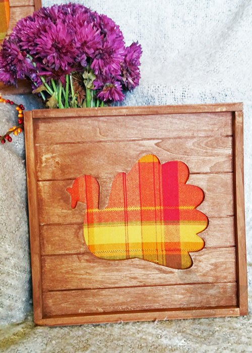 Wood pallet with plaid turkey in center