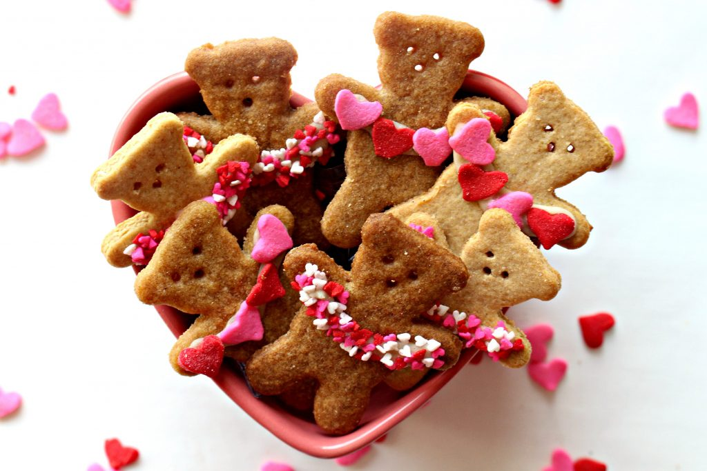 bear cookies with heart garlands
